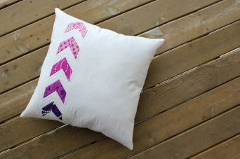 http://www.canoeridgecreations.com/2014/02/flyin-together-pillow-free-tutorial.html