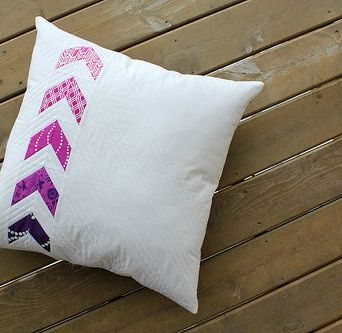 http://www.canoeridgecreations.com/2014/02/flyin-together-pillow-free-tutorial.html